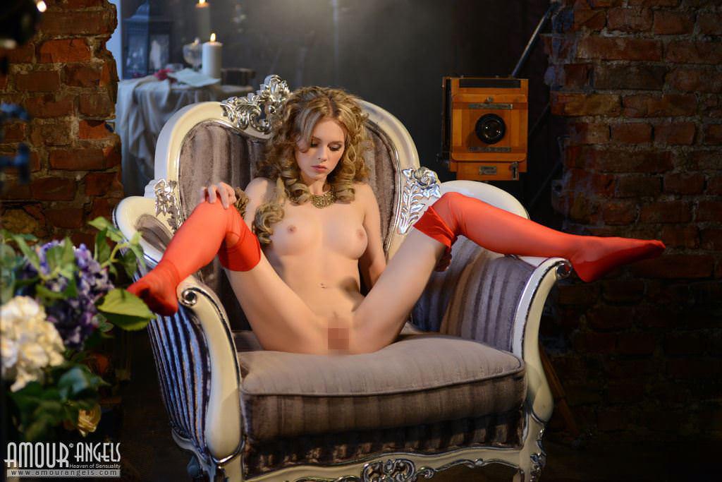 【外人】ウクライナ出身のお姫様のようなニカ(Nika)金髪美少女が真っ白なパイパンおまんこを披露するポルノ画像 3290