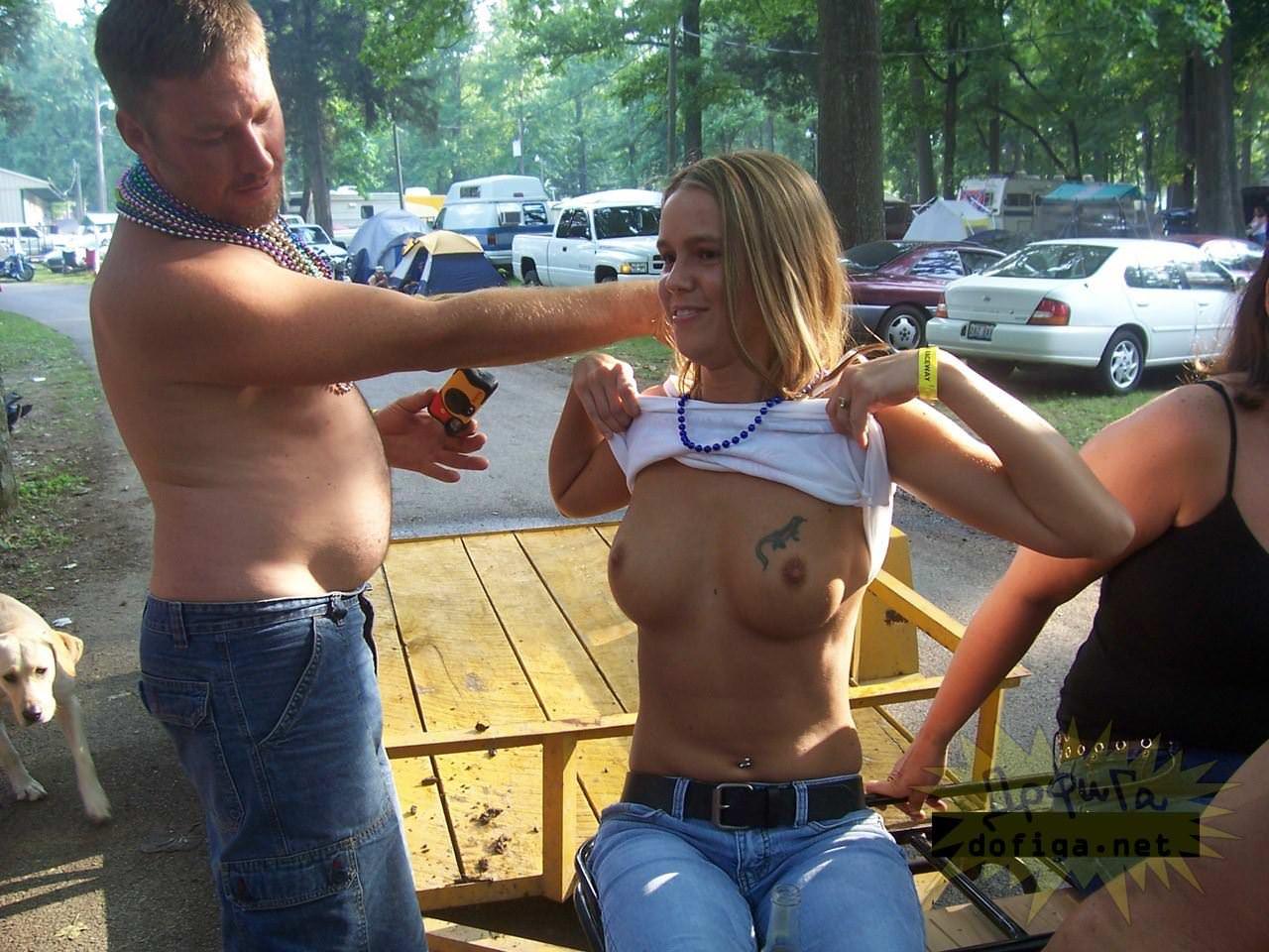 【外人】勿体ぶらずにバンバン全裸を晒すロシア人の露出狂ポルノ画像 3321