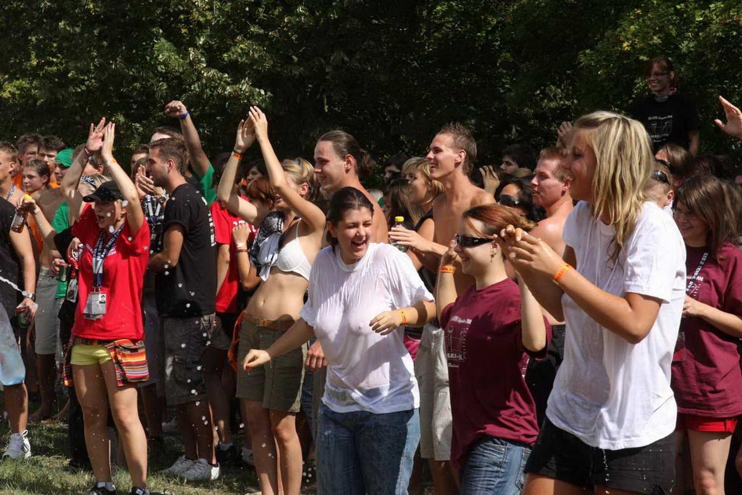 【外人】濡れTシャツフェスティバルで学生たちのおっぱいビショビショなポルノ画像 3367