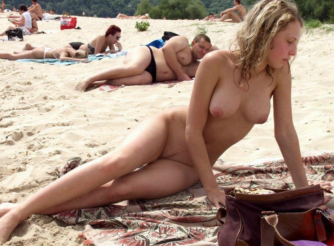 【外人】ヌーディストビーチにいたスライム系巨乳おっぱいたちの隠し撮りポルノ画像 3395