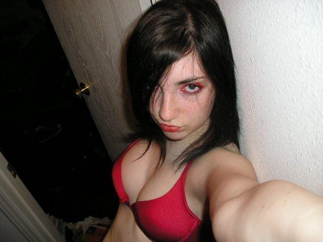 【外人】パンクな素人娘たちが裸になって粋がってるポルノ画像 3535