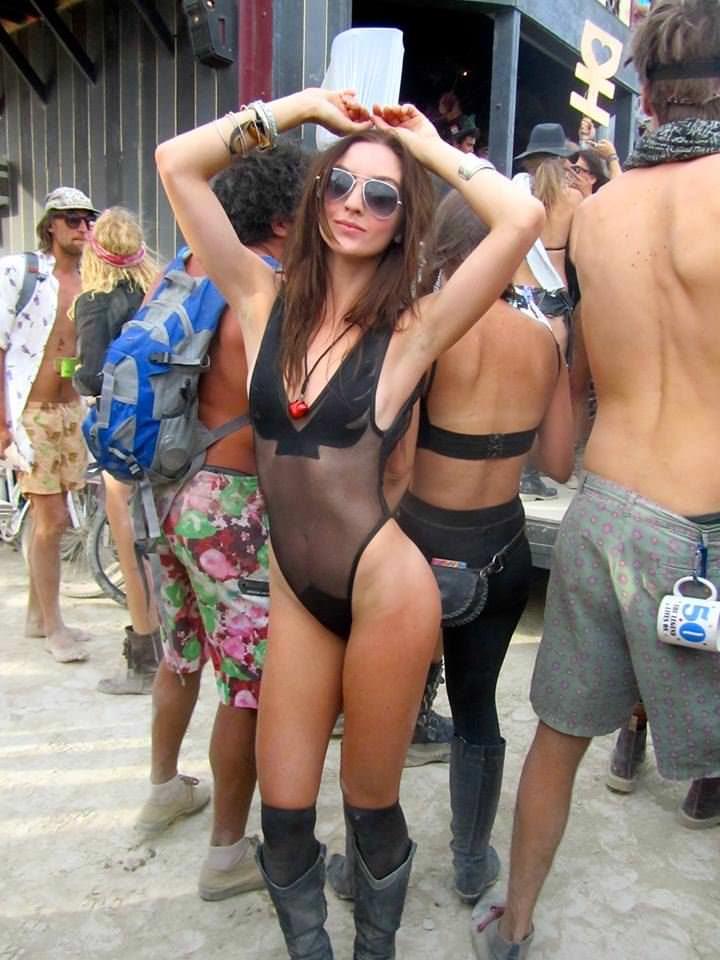 【外人】みんな当たり前のように裸で外をうろつく露出お祭りのポルノ画像 3543