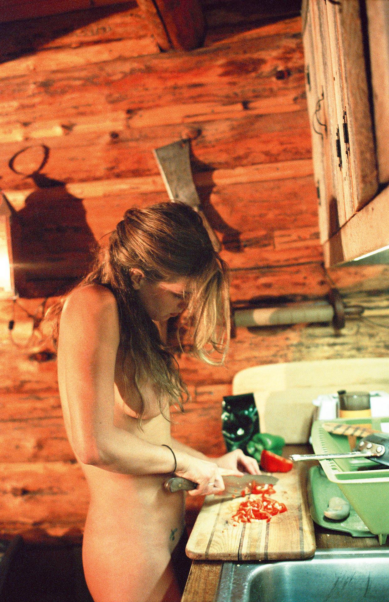 【外人】全裸でキッチンに立つ新婚人妻のエッチな日常風景ポルノ画像 3551