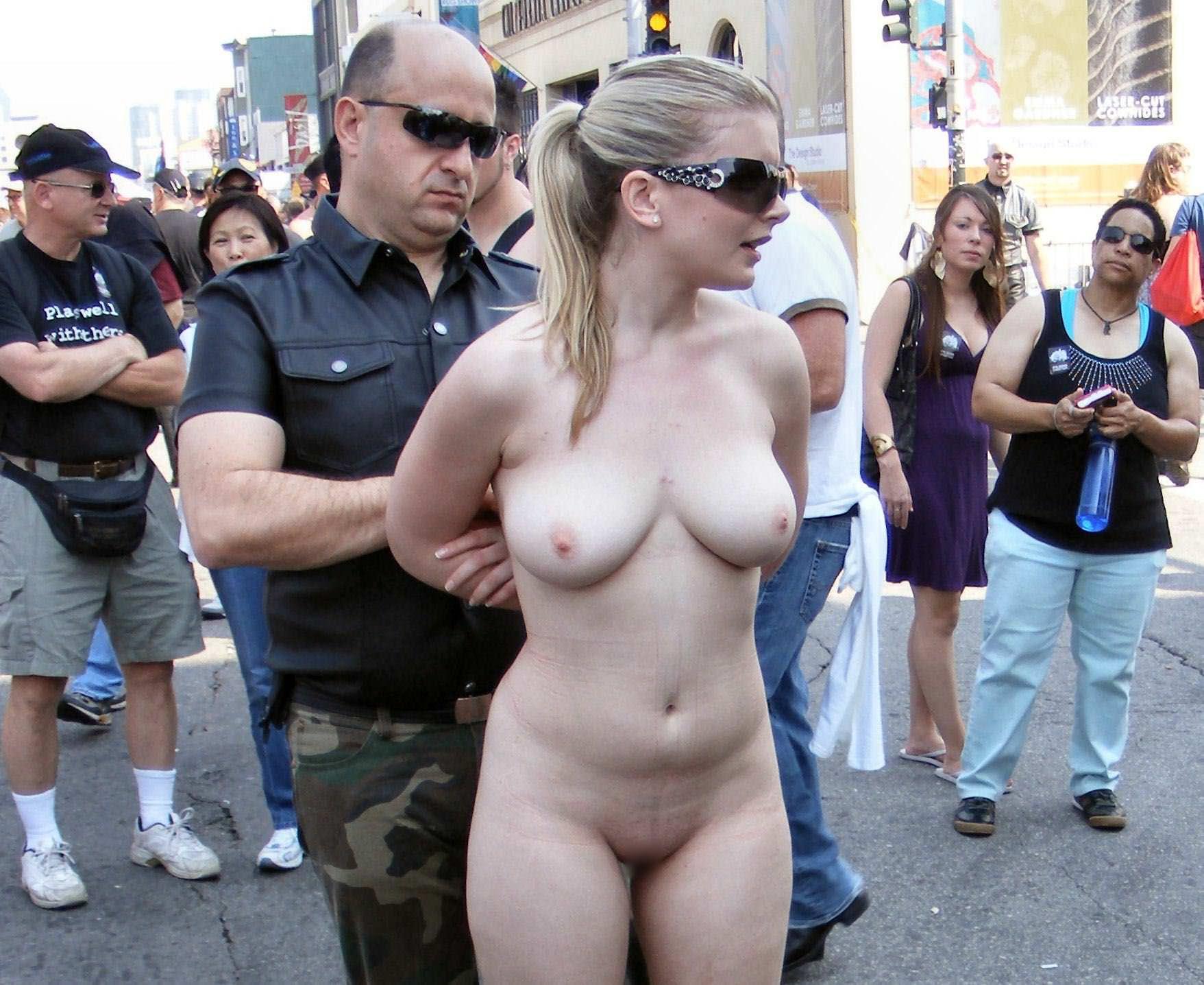 【外人】みんな当たり前のように裸で外をうろつく露出お祭りのポルノ画像 3643