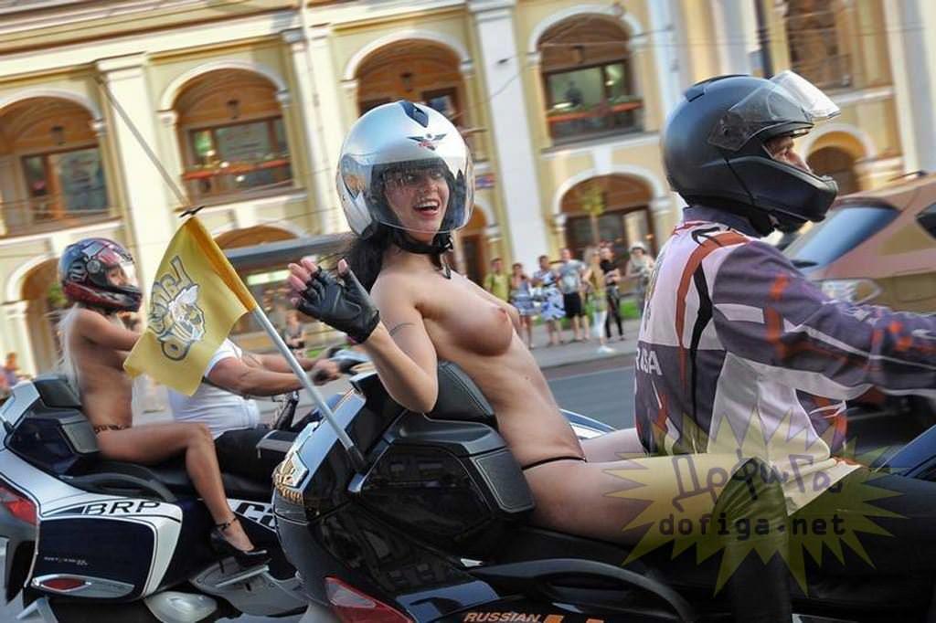 【外人】勿体ぶらずにバンバン全裸を晒すロシア人の露出狂ポルノ画像 3716