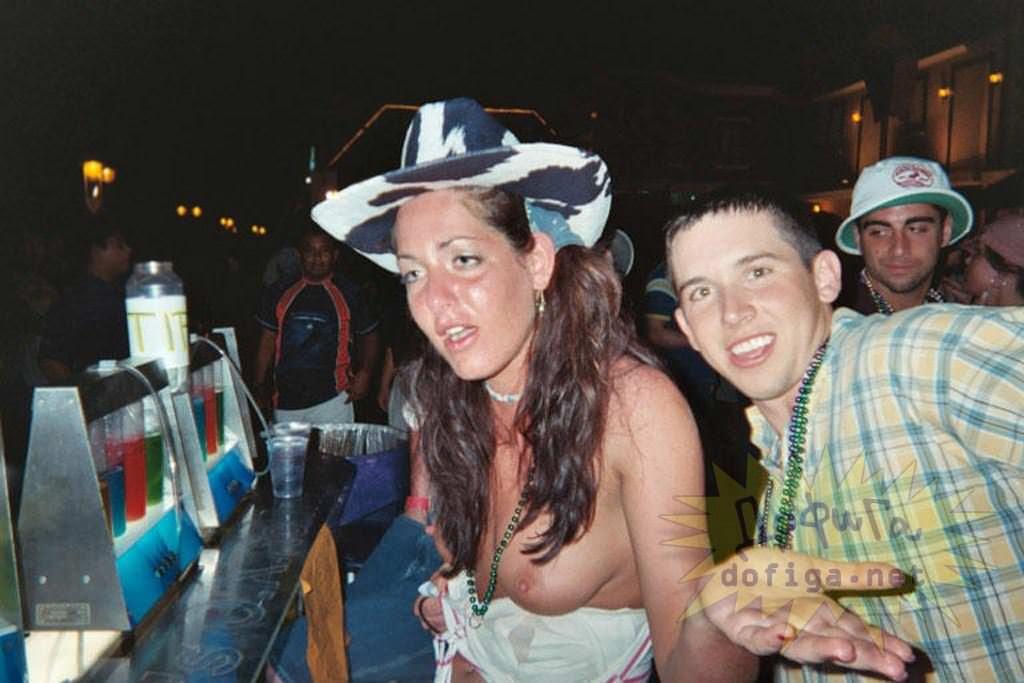 【外人】酔った勢いで服を脱いで友達とエッチなおふざけしてる素人ポルノ画像 3746