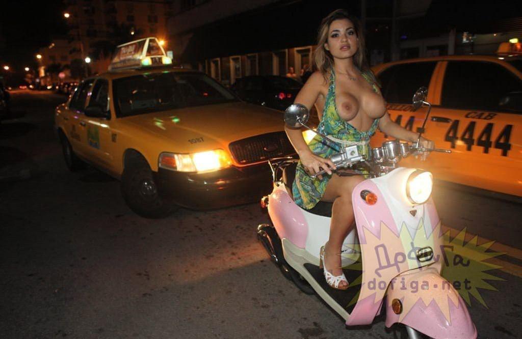 【外人】勿体ぶらずにバンバン全裸を晒すロシア人の露出狂ポルノ画像 3815