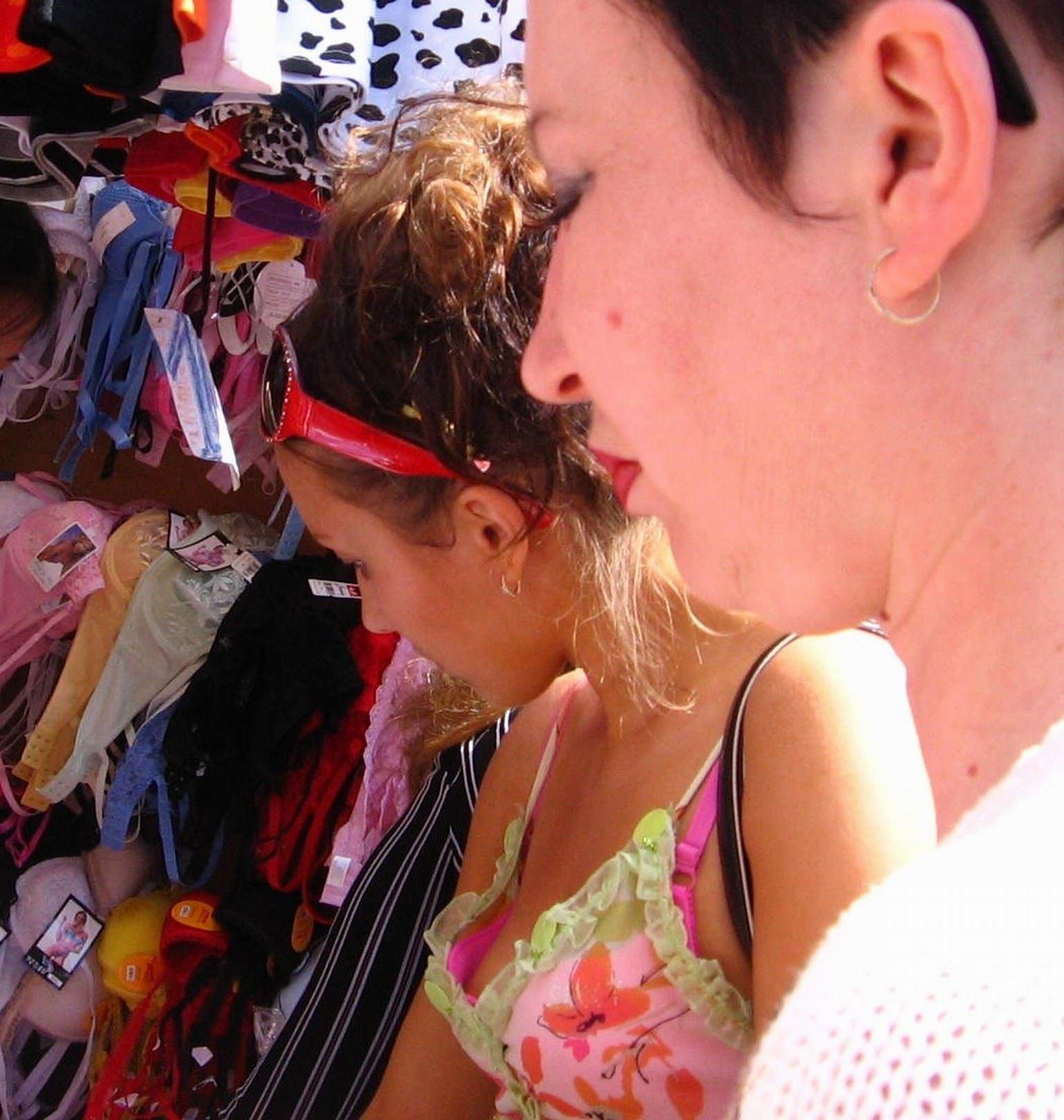 【外人】海外の素人娘たちの胸チラを激写した街撮りポルノ画像 3828