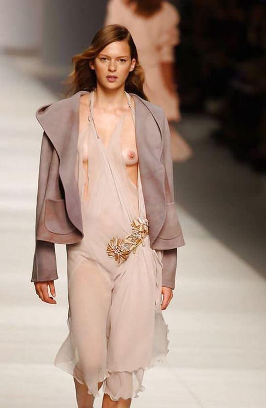 【外人】スーパーモデル達がファッションショーで美乳乳首を晒してるポルノ画像 395