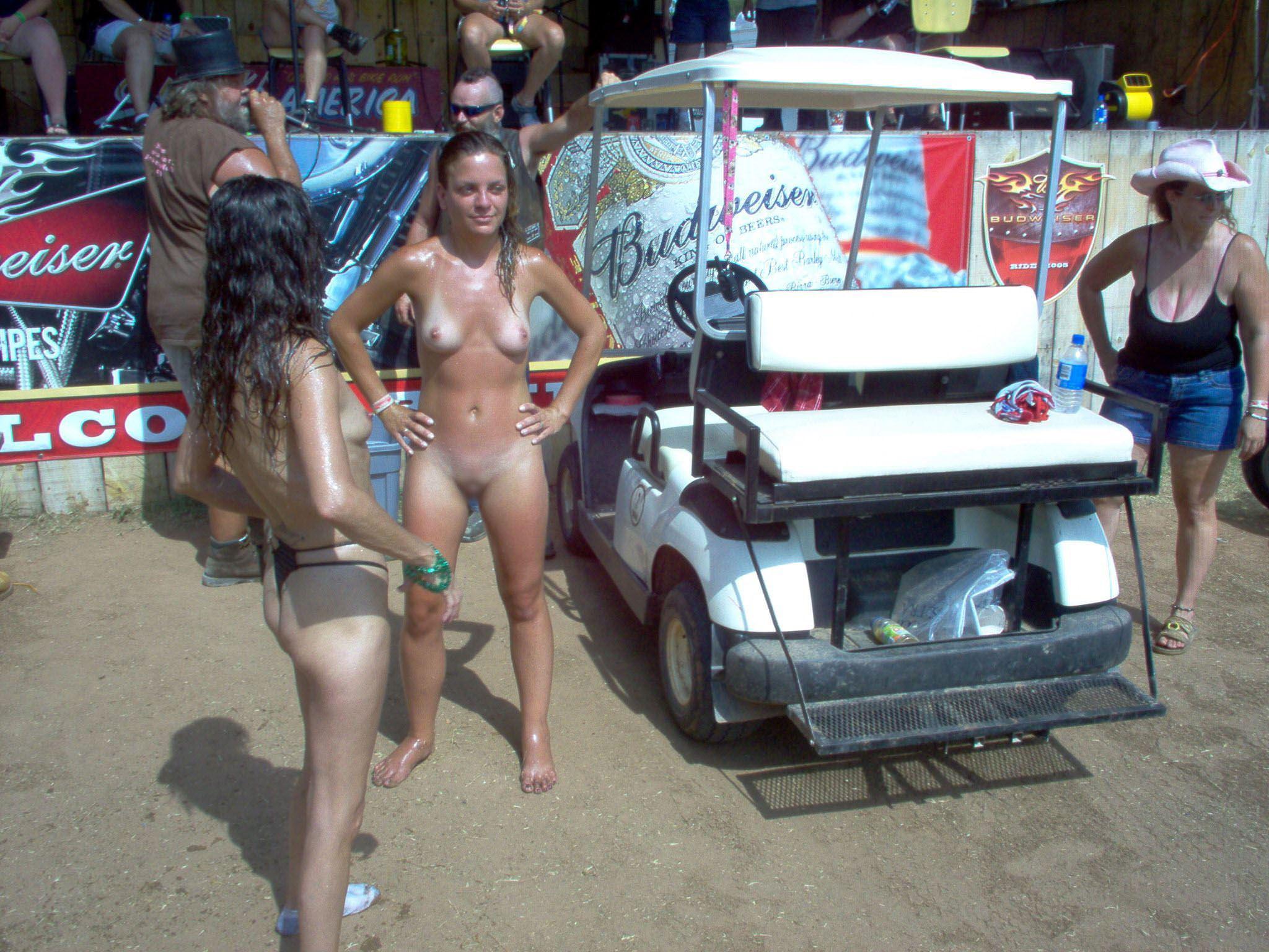 【外人】みんな当たり前のように裸で外をうろつく露出お祭りのポルノ画像 41111