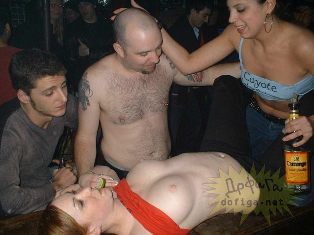 【外人】酔った勢いで服を脱いで友達とエッチなおふざけしてる素人ポルノ画像 41114