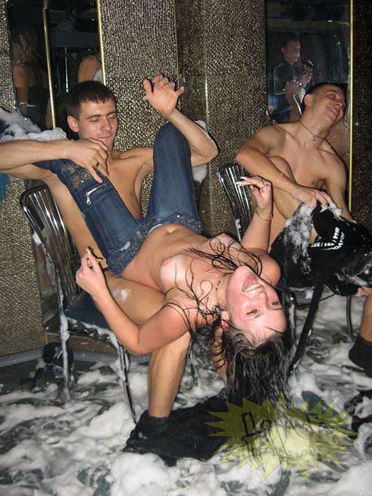 【外人】ウクライナの学生がクラブで全裸になって乱交寸前のポルノ画像 4121