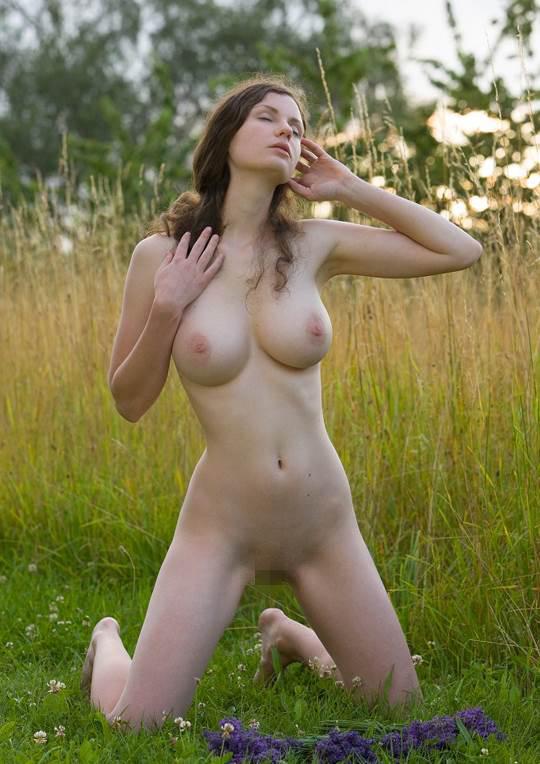 【外人】ドイツ人スーザン(Susann)がりんごやラベンダーと戯れる野外露出のフルヌードポルノ画像 4149