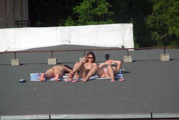 【外人】屋上で日光浴中を盗撮されて気が付きブチ切れるロシアン素人の露出ポルノ画像 4168