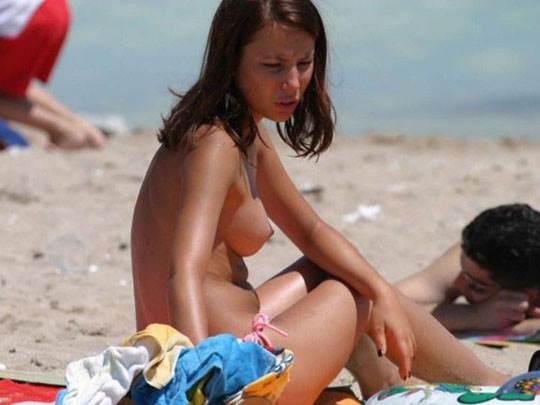 【外人】ヌーディストビーチでおっぱい出してる素人娘は可愛い子が多いポルノ画像 4182