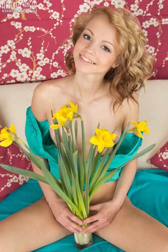 【外人】チェコ人の金髪美少女のイブ(Eve)がひまわりと一緒にヌード撮影したポルノ画像 4208
