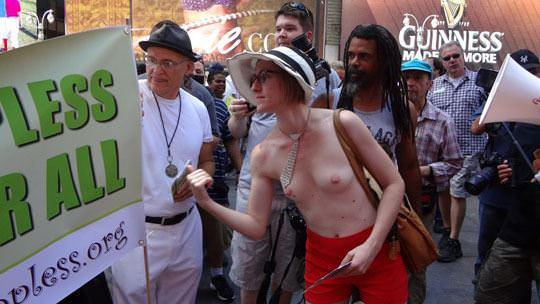 【外人】ヴェネツィアビーチで開催されたトップレスデーで3年分の素人おっぱい見放題のポルノ画像 434