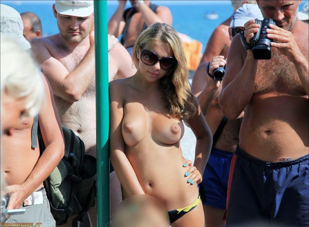 【外人】股間がフルボッキで辛すぎるヌーディストビーチの美少女たちのポルノ画像 4621
