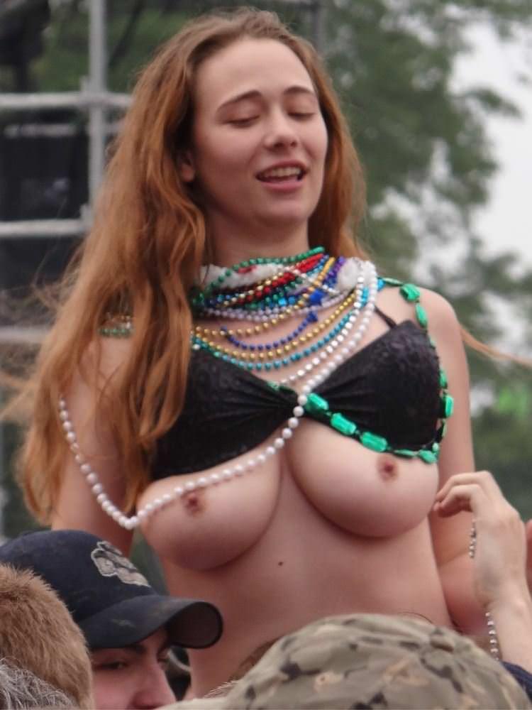 【外人】みんな当たり前のように裸で外をうろつく露出お祭りのポルノ画像 4724