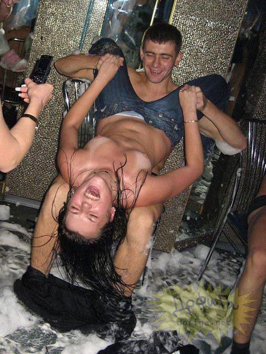 【外人】ウクライナの学生がクラブで全裸になって乱交寸前のポルノ画像 5112