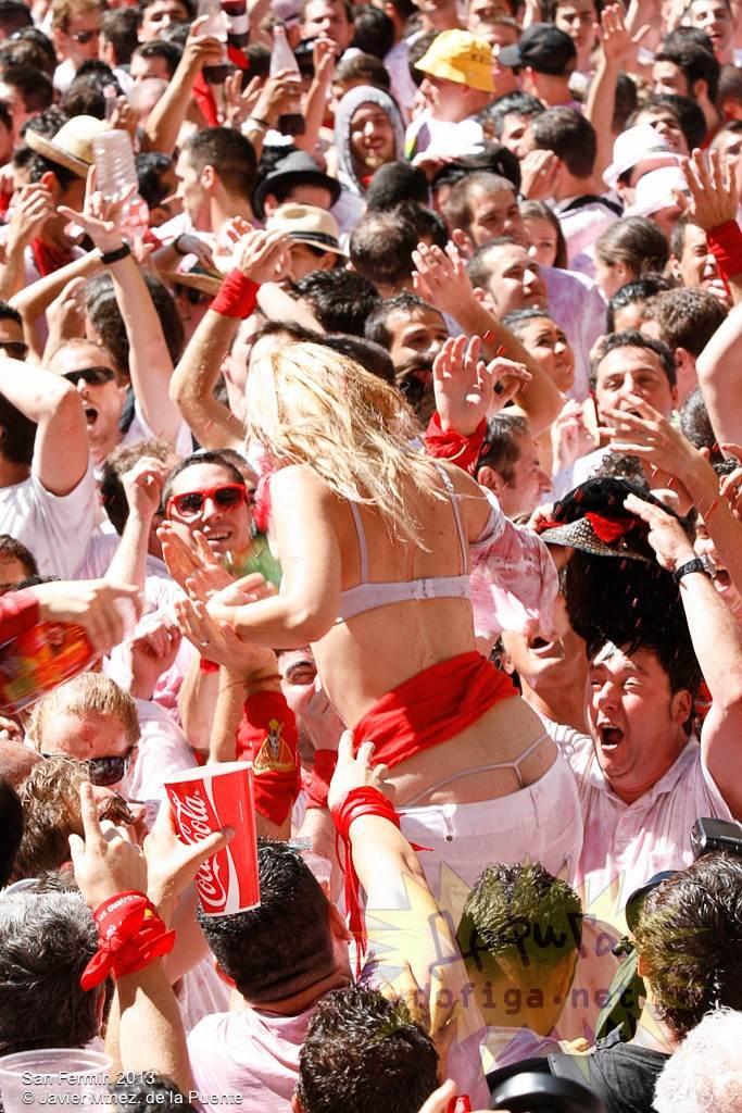 【外人】スペイン3大祭りで男も女もテンション上げまくりでおっぱいポロリしまくるポルノ画像 5130