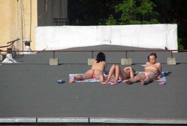 【外人】屋上で日光浴中を盗撮されて気が付きブチ切れるロシアン素人の露出ポルノ画像 5156