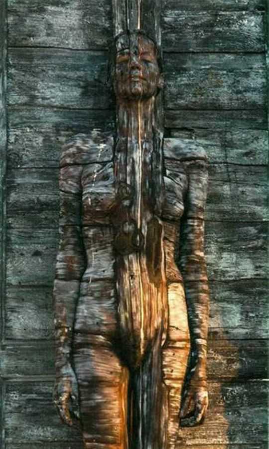 【外人】全裸にカモフラを描いて露出してるアート系ポルノ画像 5192