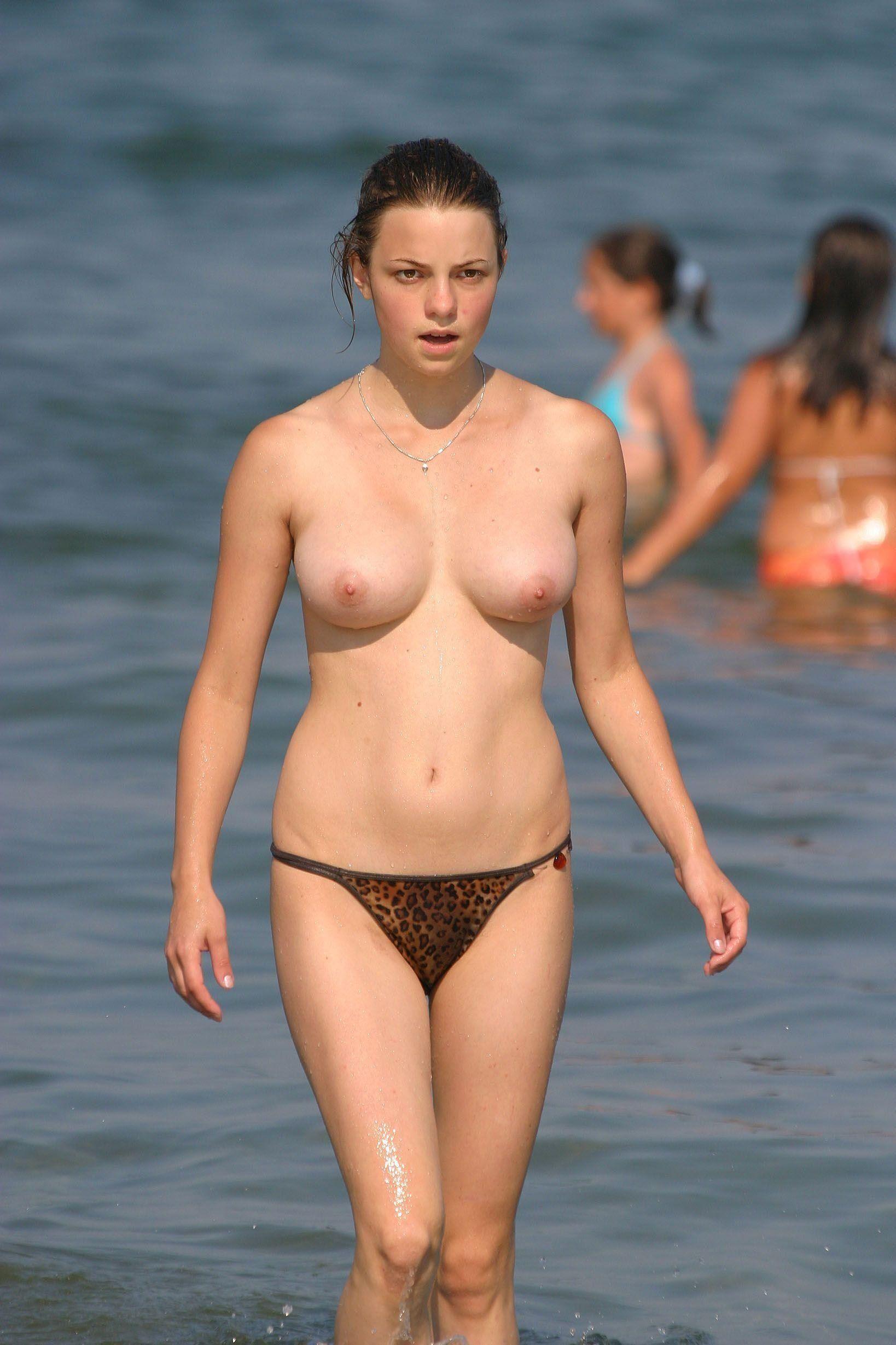 【外人】張りのある形の良い美乳おっぱいをさらけ出すヌーディストビーチの素人娘のポルノ画像 521