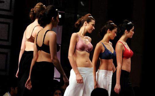 【外人】インド・ムンバイで開催されたトリンプ(Triumph)のファッションショーの下着美女ポルノ画像 533