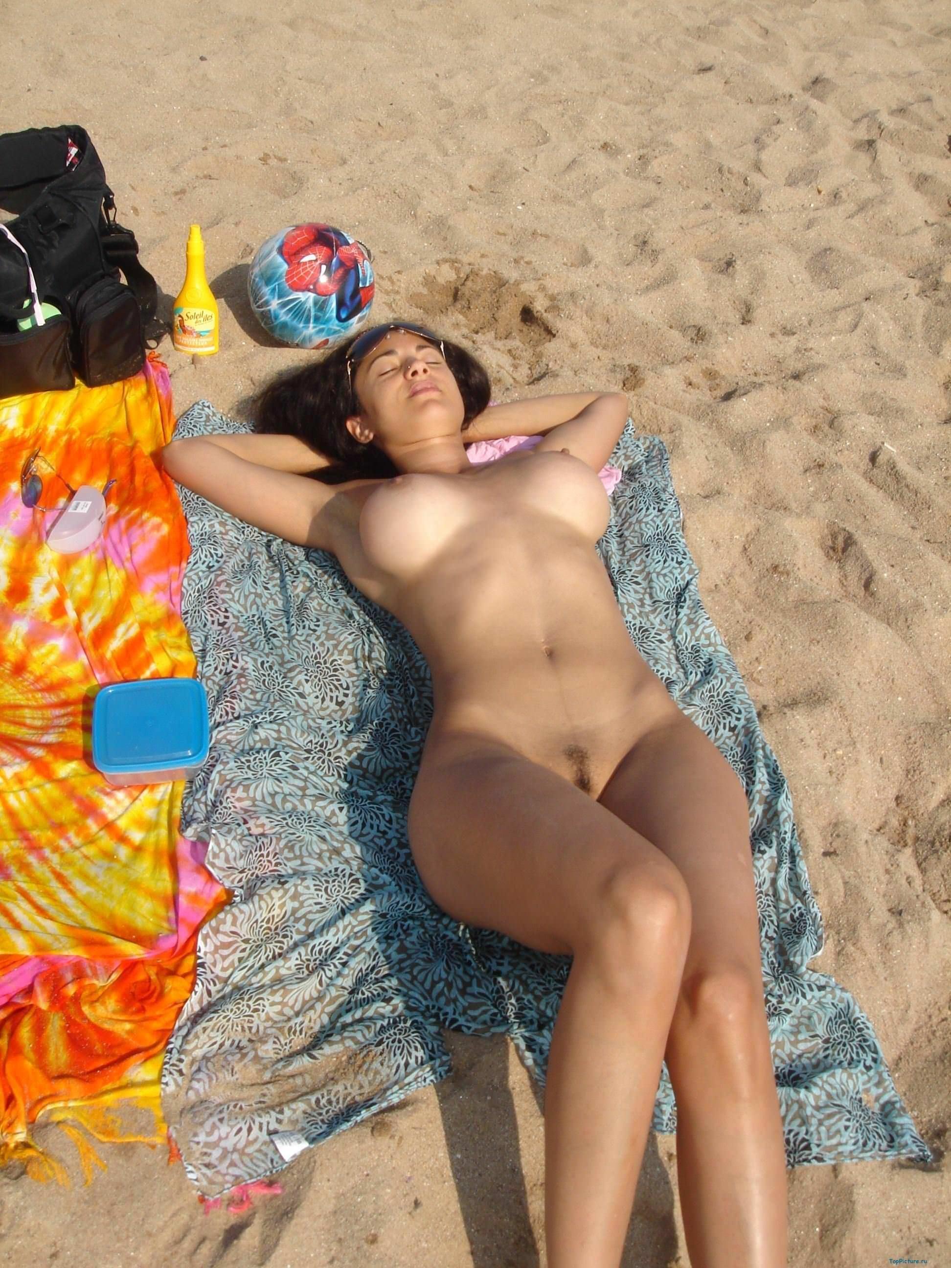 【外人】ヌーディストビーチで髪金の姉ちゃん盗撮し放題な露出エロ画像 580