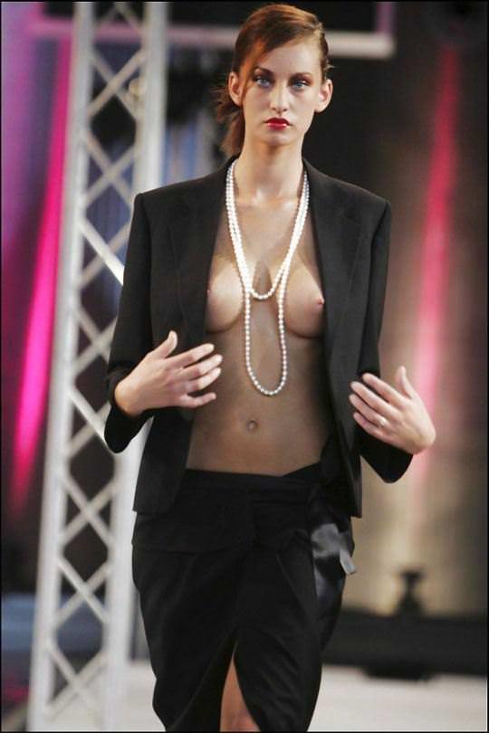 【外人】スーパーモデル達がファッションショーで美乳乳首を晒してるポルノ画像 585