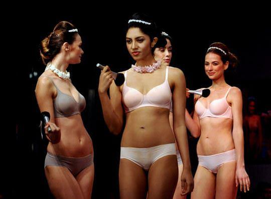 【外人】インド・ムンバイで開催されたトリンプ(Triumph)のファッションショーの下着美女ポルノ画像 633