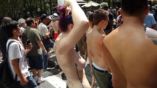 【外人】ヴェネツィアビーチで開催されたトップレスデーで3年分の素人おっぱい見放題のポルノ画像 634
