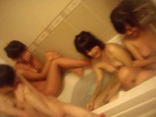 【外人】韓国の激カワ美少女がホテルではしゃぐ全裸ヌードのポルノ画像 660