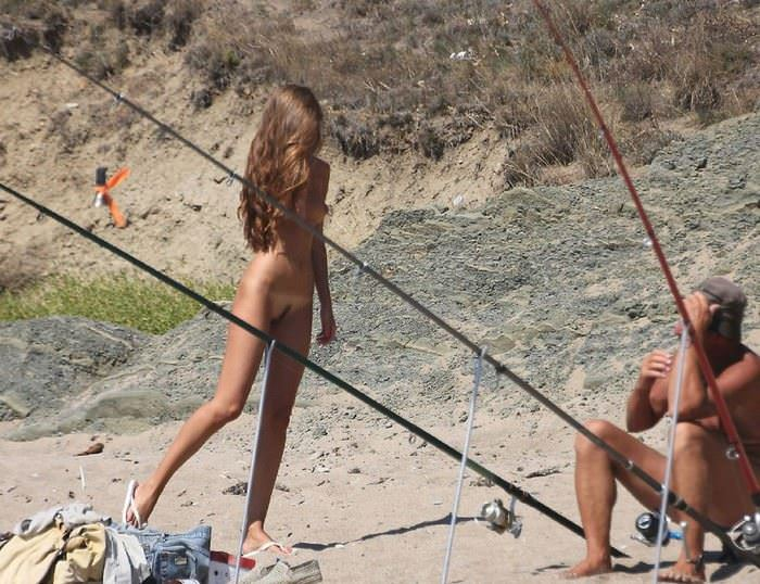【外人】ヌーディストビーチで髪金の姉ちゃん盗撮し放題な露出エロ画像 676