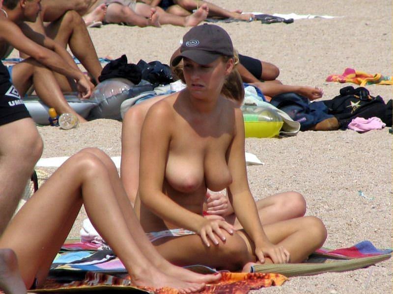 【外人】ヌーディストビーチにいたスライム系巨乳おっぱいたちの隠し撮りポルノ画像 7251