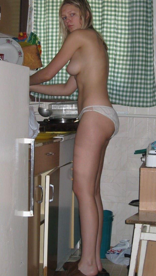 【外人】全裸でキッチンに立つ新婚人妻のエッチな日常風景ポルノ画像 7256