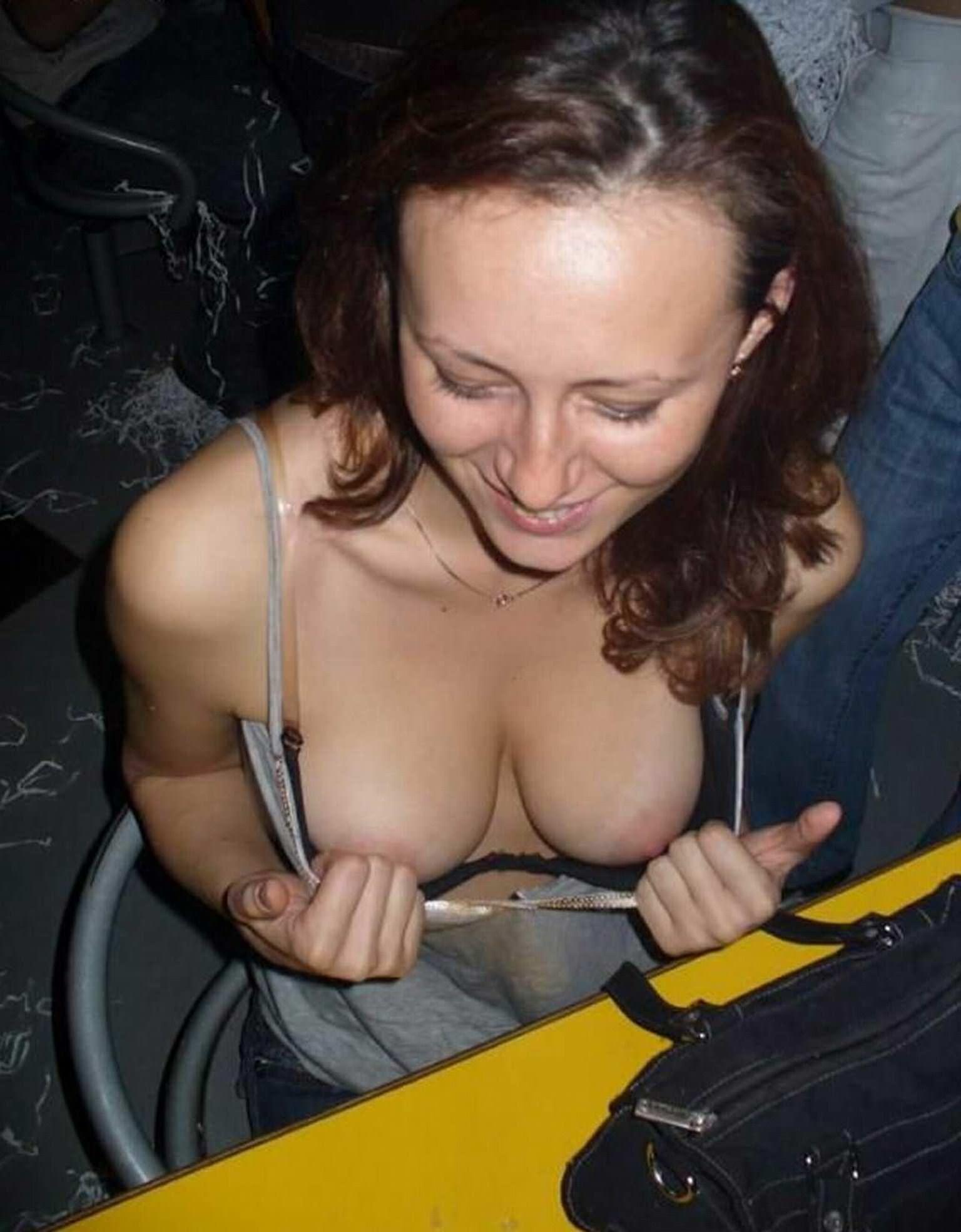 【外人】海外素人たちの胸チラからピンク乳首がポロリしちゃってるポルノ画像 7266