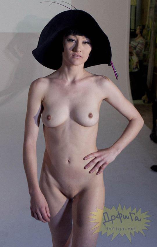 【外人】全裸に帽子だけの人妻モデルのファッションショーのポルノ画像 8112