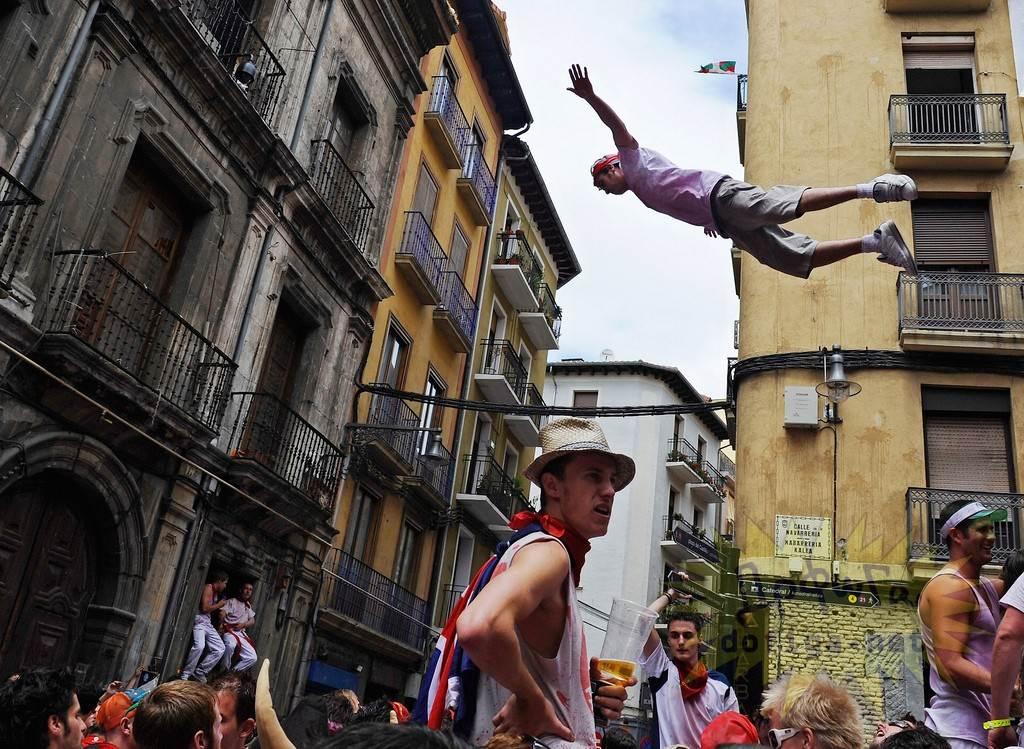 【外人】スペイン3大祭りで男も女もテンション上げまくりでおっぱいポロリしまくるポルノ画像 8118