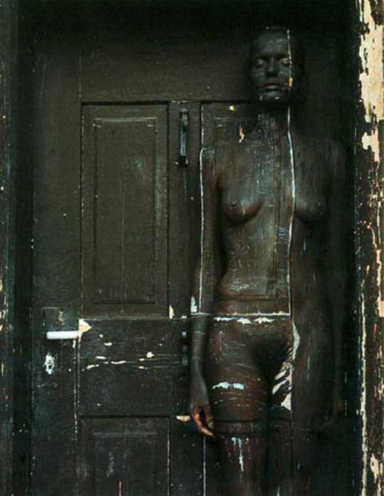【外人】全裸にカモフラを描いて露出してるアート系ポルノ画像 8174