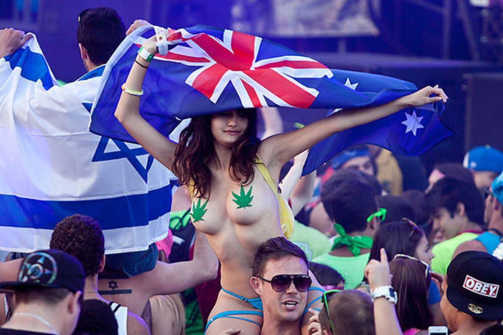【外人】みんな当たり前のように裸で外をうろつく露出お祭りのポルノ画像 8228