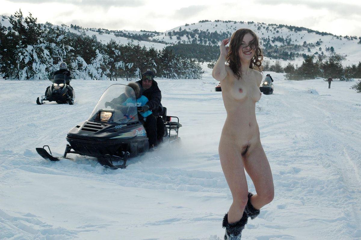 【外人】 20度 30度当たり前のロシアの冬に全裸で雪遊びする露出女のポルノ画像 829