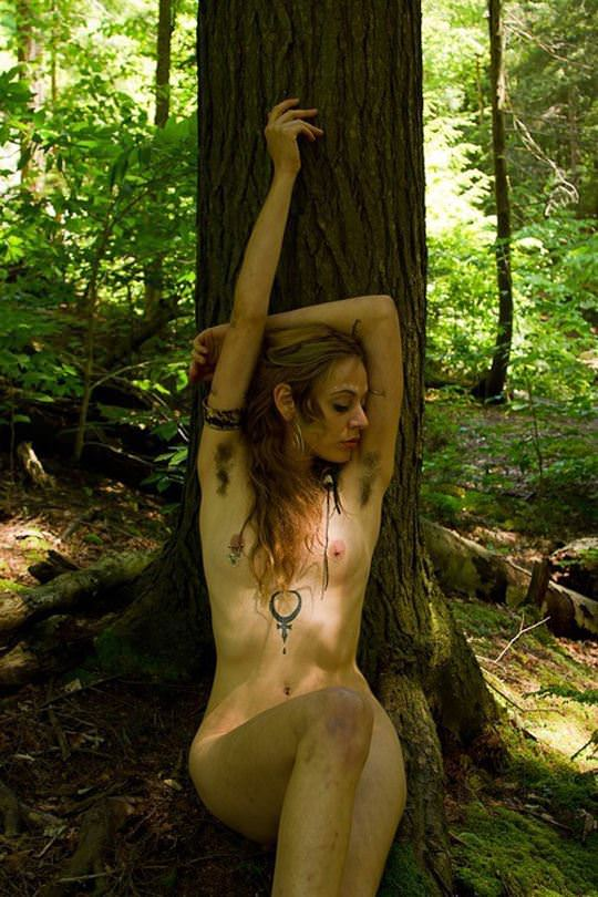【外人】大自然の中でオールヌードになってアートを作り出す露出ポルノ画像 870