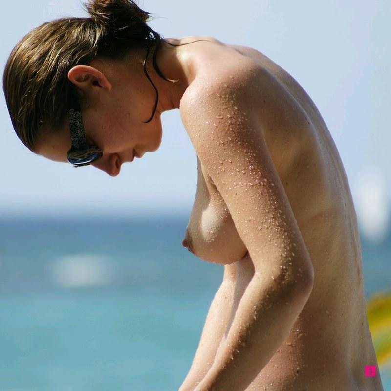 【外人】ヌーディストビーチで髪金の姉ちゃん盗撮し放題な露出エロ画像 874