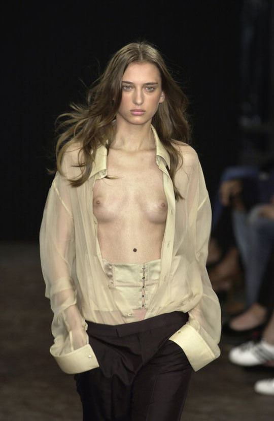 【外人】スーパーモデル達がファッションショーで美乳乳首を晒してるポルノ画像 877