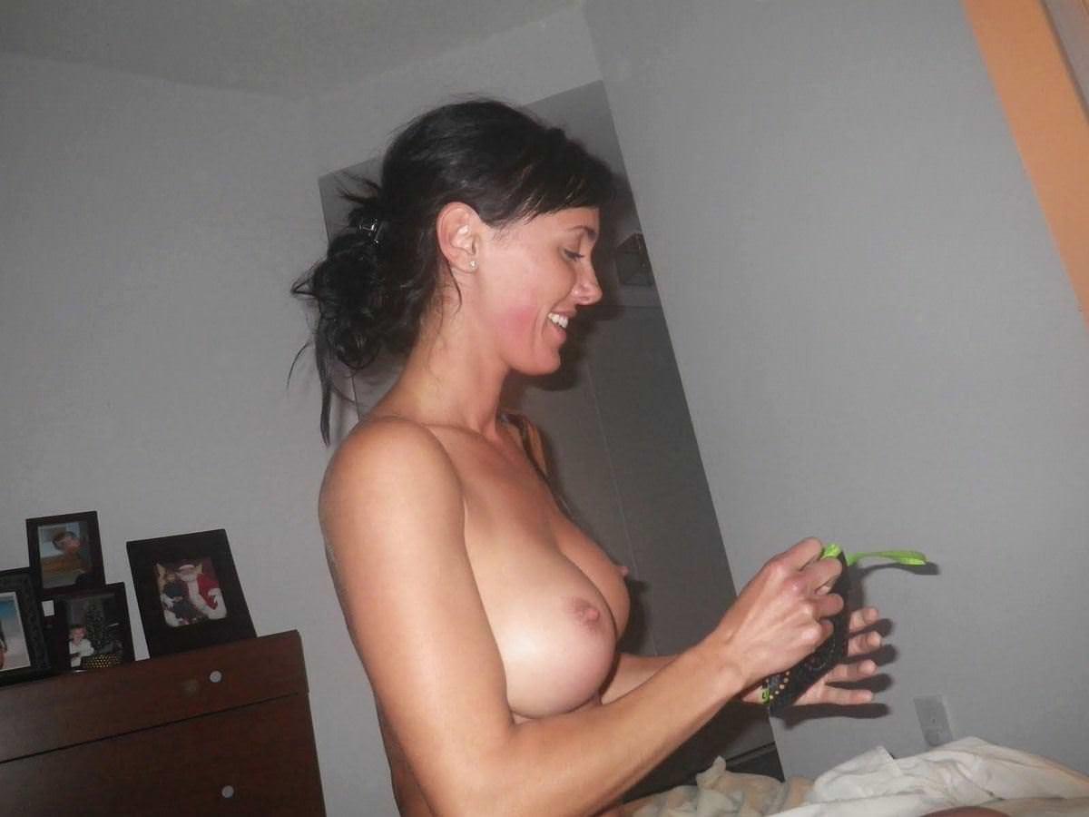 【外人】旦那の趣味でパイパンまんこやフェラしてる姿を撮られた巨乳人妻のポルノ画像 885