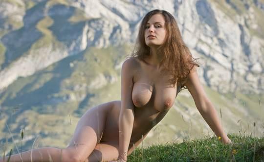 【外人】ドイツ人スーザン(Susann)がりんごやラベンダーと戯れる野外露出のフルヌードポルノ画像 9122