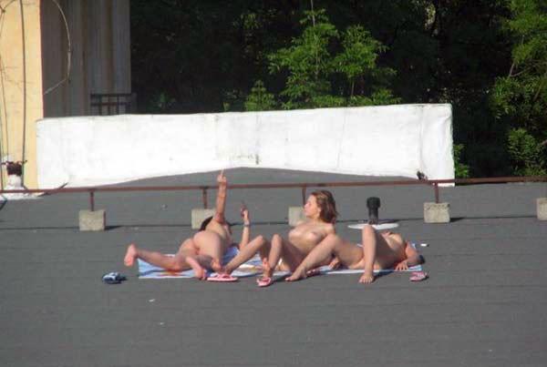 【外人】屋上で日光浴中を盗撮されて気が付きブチ切れるロシアン素人の露出ポルノ画像 9137
