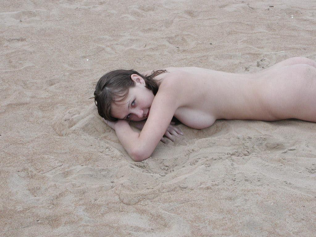 【外人】股間がフルボッキで辛すぎるヌーディストビーチの美少女たちのポルノ画像 9203